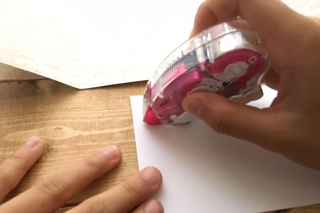 ②写真をテープのりで台紙の真ん中にくるように貼り付けます