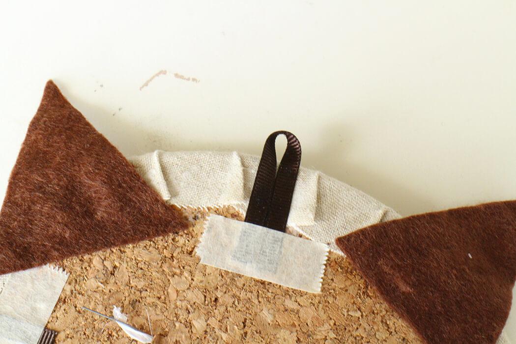 ②ヒゲの残りのリボンを2つ折りにして、上の真ん中にボンドとテープでとめたら完成です!