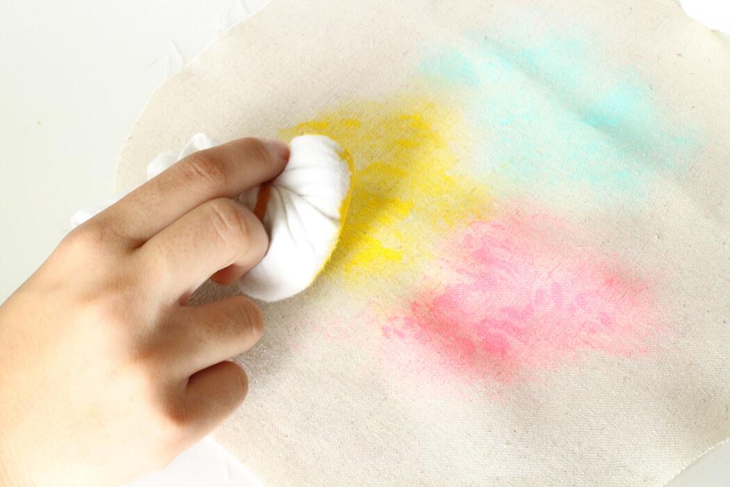 ボロ布にアクリル絵の具をつけて、布に自由にポンポンする。
