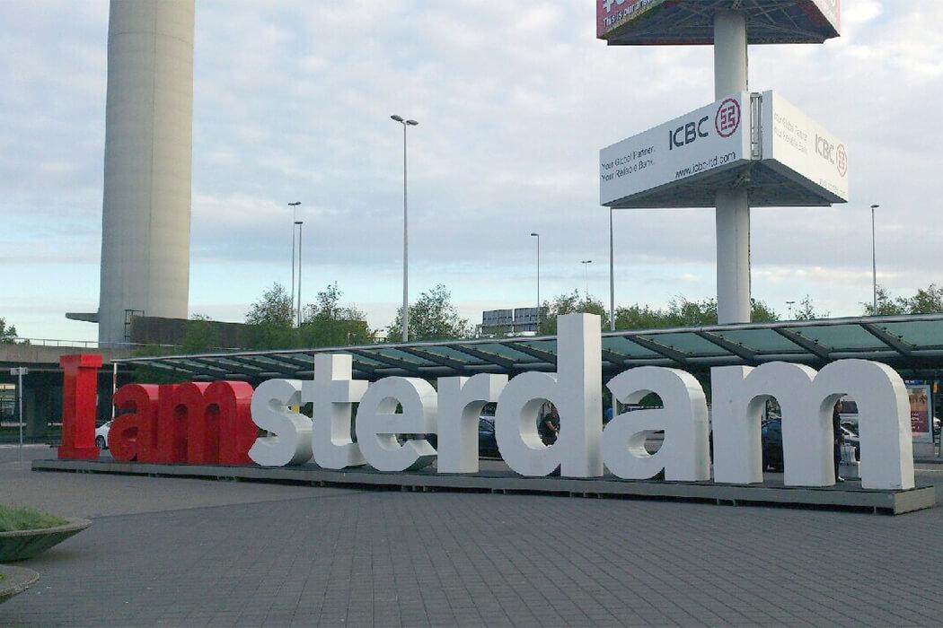 駅や空港の看板
